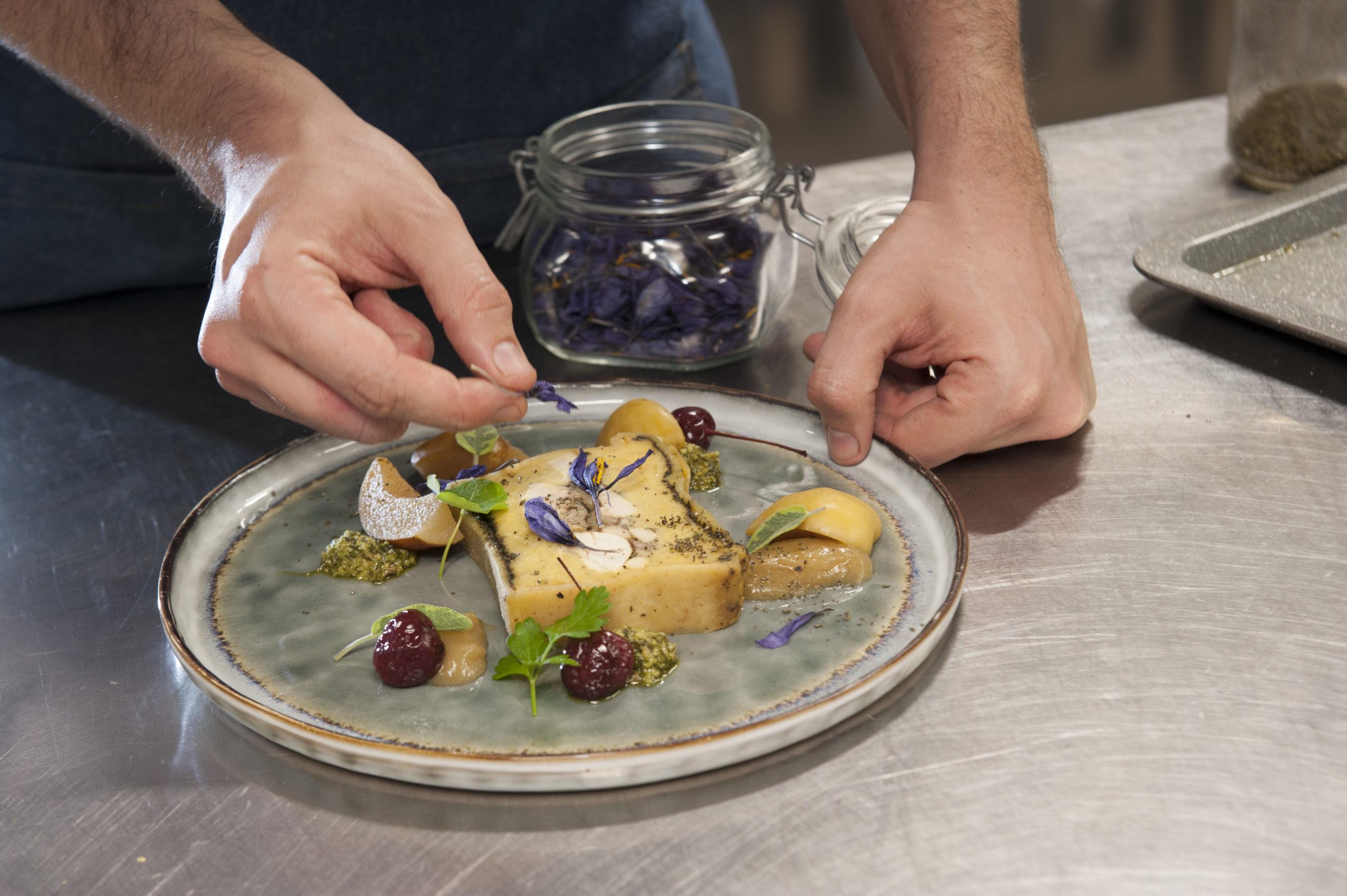 La Brinca a Ne. Chef Simone Circella, in sala Matteo Circella. Torta lavagnese.
