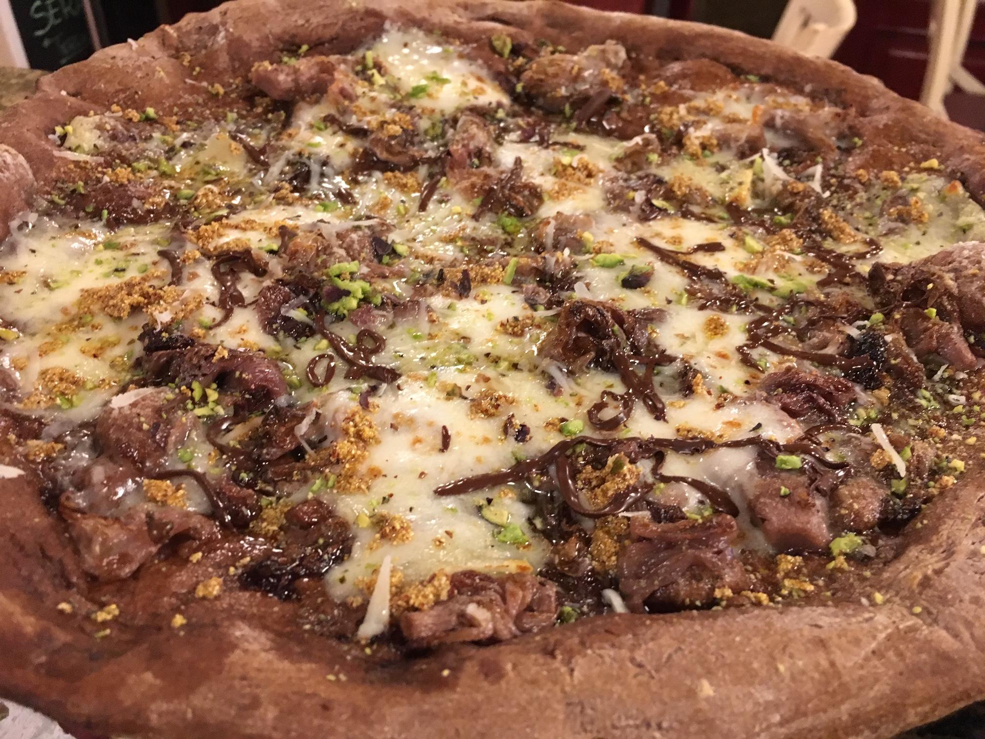 pizza con impasto al cacao